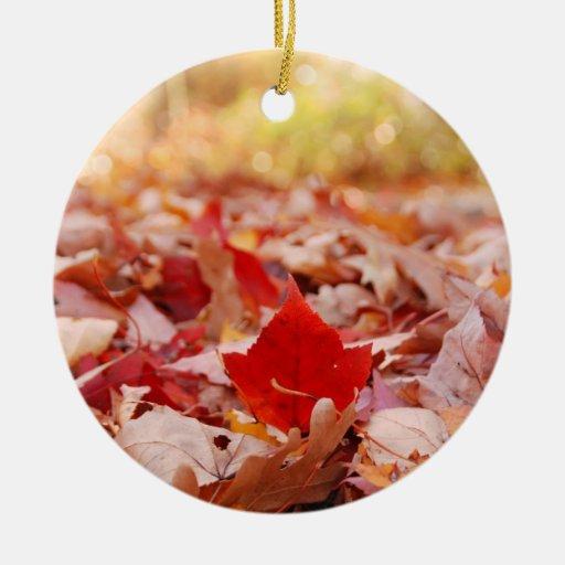 Pila de la hoja del otoño adorno navideño redondo de cerámica