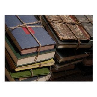 Pila de libro viejo postal