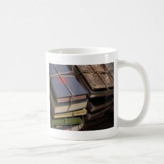 Pila de libro viejo taza