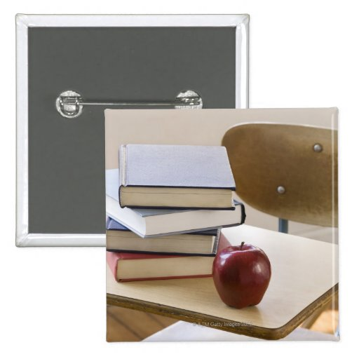 Pila de libros, de manzana, y de escritorio de la pin cuadrado