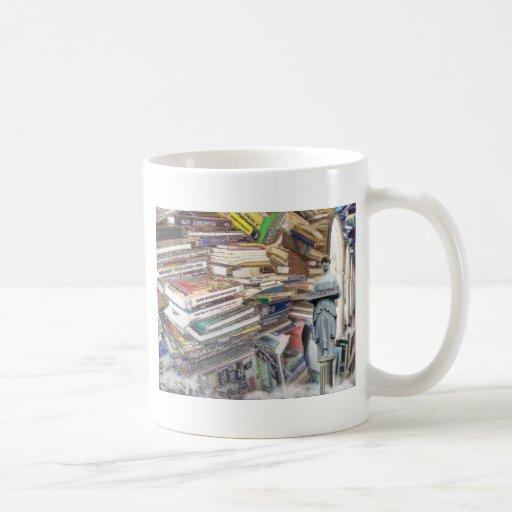Pila de libros taza básica blanca