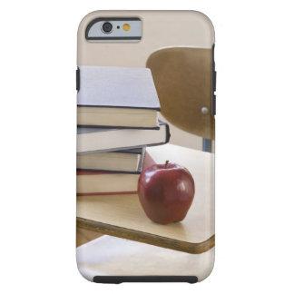 Pila de libros, y de escritorio de la escuela funda de iPhone 6 tough