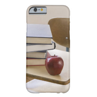 Pila de libros, y de escritorio de la escuela funda para iPhone 6 barely there