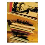 Pila de libros y de revistas postal
