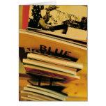 Pila de libros y de revistas tarjeta