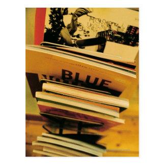 Pila de libros y de revistas tarjetas postales