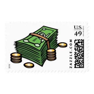 Pila de notas y de franqueo de las monedas sello postal