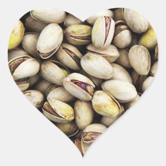 Pila de nuez del pistacho pegatina en forma de corazón