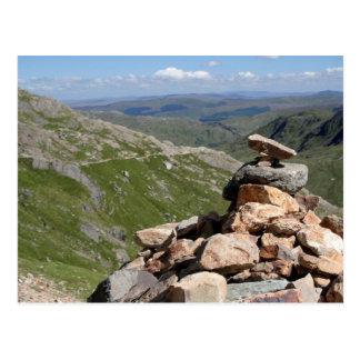 Pila de piedras en un paseo a Snowdon Postales
