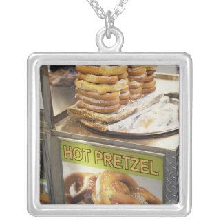 Pila de pretzeles en una parada joyerias personalizadas