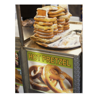 Pila de pretzeles en una parada postales