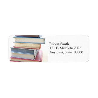 Pila de viejas etiquetas de dirección usadas de lo