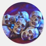 Pila del cráneo pegatina redonda