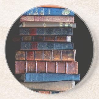 Pila del vintage de libros viejos posavasos de arenisca
