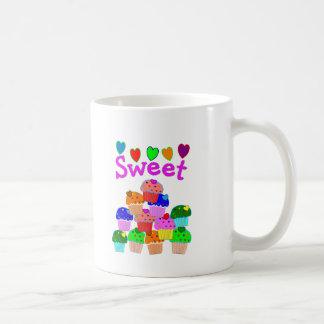 """Pila """"dulce"""" de la magdalena con los corazones bri taza de café"""