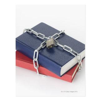Pila encadenada de libros postal