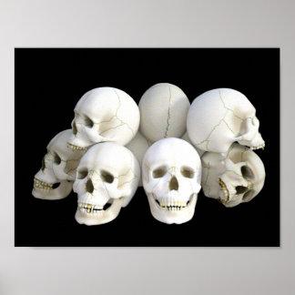 Pila espeluznante de los cráneos póster