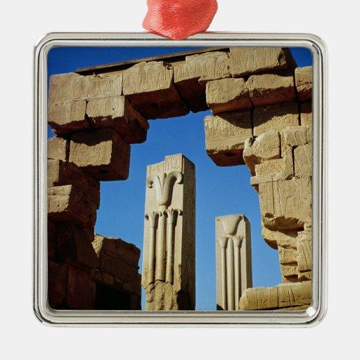 Pilares adornados con loto estilizado adorno cuadrado plateado