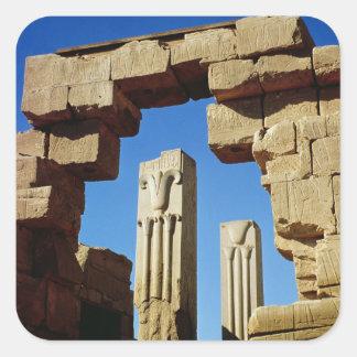 Pilares adornados con loto estilizado pegatina cuadrada