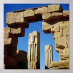 Pilares adornados con loto estilizado posters