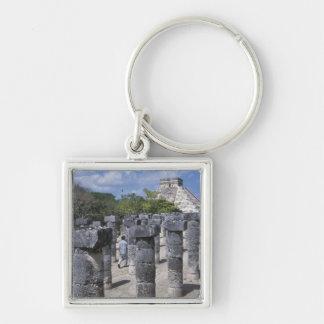 Pilares de piedra antiguos en Chichen Itza. Centra Llavero Cuadrado Plateado