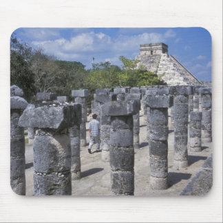 Pilares de piedra antiguos en Chichen Itza. Centra Tapete De Ratón