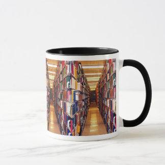 Pilas de la biblioteca taza