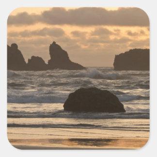Pilas del mar en la playa en Bandon, Oregon Pegatina Cuadrada
