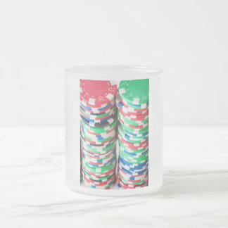 Pilas multicoloras de la ficha de póker taza