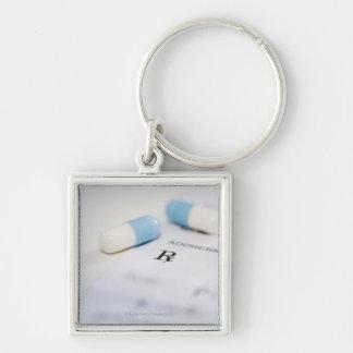 Píldoras en la prescripción escrita llavero cuadrado plateado
