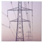 Pilones de la electricidad en niebla en el amanece azulejo cuadrado grande
