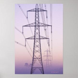 Pilones de la electricidad en niebla en el amanece posters
