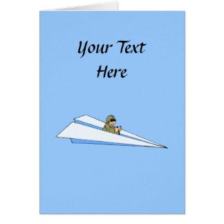 Piloto divertido del aeroplano de papel tarjeton