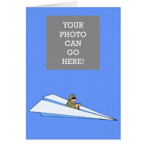 Piloto divertido del aeroplano de papel tarjeta de felicitación