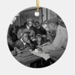 Pilotos del grupo del combatiente de los aviadores adorno navideño redondo de cerámica