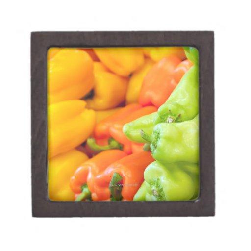 Pimienta amarilla, roja y verde en venta en el cajas de joyas de calidad