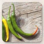 Pimienta de chile amarilla y verde posavasos de bebida