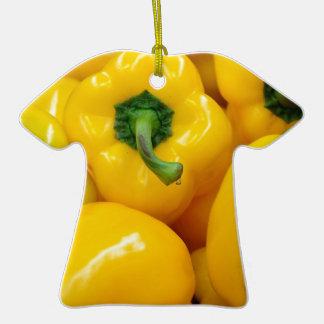 Pimientas amarillas adorno de cerámica en forma de playera