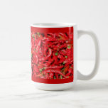 Pimientas de chile rojo calientes al aire libre en taza de café