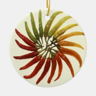 Pimientas del chile picante adorno navideño redondo de cerámica