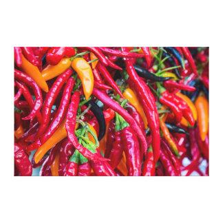 Pimientas del chile picante en el mercado de los lienzo envuelto para galerías