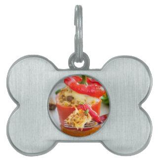 Pimientas rellenas Baked con la salsa y el queso Placa De Nombre De Mascota
