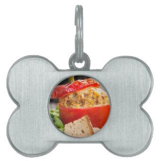 Pimientas rellenas Baked con la salsa y el queso Placa Mascota