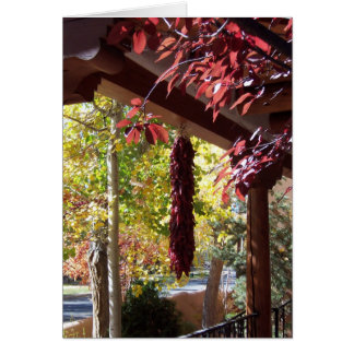 Pimientas rojas en el follaje de otoño de New Méxi Tarjeton
