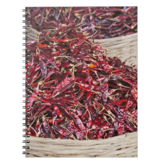 Pimientas rojas en el mercado de producción local notebook