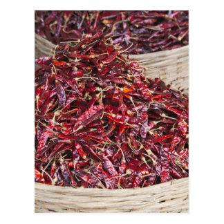 Pimientas rojas en el mercado de producción local postal