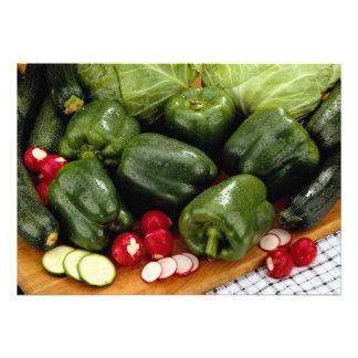 Pimientas verdes, calabacín, col en un verraco del invitación personalizada