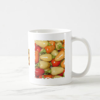 Pimientos picantes amarillo rojo y naranja taza de café