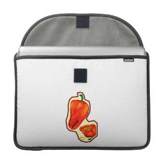 Pimientos picantes anaranjados uno cortados en med funda para macbooks