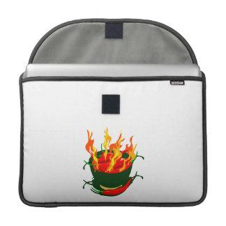 Pimientos picantes en llamas verdes de la taza fundas macbook pro